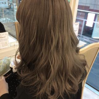 ミディアム アッシュグレージュ ガーリー 透明感 ヘアスタイルや髪型の写真・画像