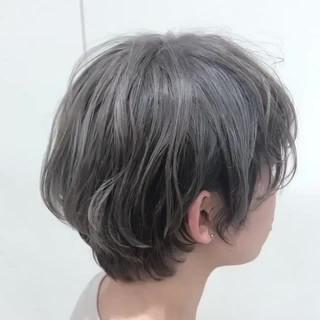 フェミニン ショート シルバーグレー シルバーグレージュ ヘアスタイルや髪型の写真・画像