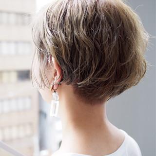 ショート 切りっぱなし グレージュ 外ハネ ヘアスタイルや髪型の写真・画像 ヘアスタイルや髪型の写真・画像