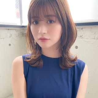 ミディアムレイヤー シースルーバング フェミニン デジタルパーマ ヘアスタイルや髪型の写真・画像