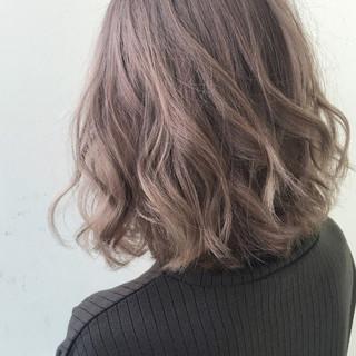 ミディアム ナチュラル オフィス デート ヘアスタイルや髪型の写真・画像
