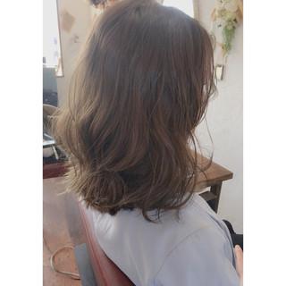 グレージュ ミディアム パーマ 外国人風カラー ヘアスタイルや髪型の写真・画像