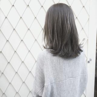ミディアム ハイライト アッシュグレージュ ナチュラル ヘアスタイルや髪型の写真・画像