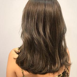ベージュ オフィス ミディアム デート ヘアスタイルや髪型の写真・画像