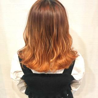 アプリコットオレンジ 波ウェーブ 派手髪 オレンジ ヘアスタイルや髪型の写真・画像