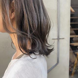 ミディアム ナチュラル スモーキーカラー オフィス ヘアスタイルや髪型の写真・画像