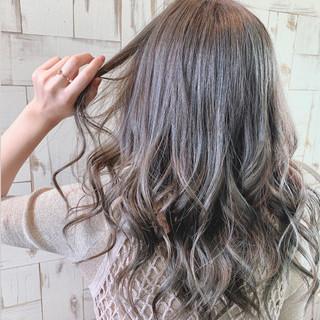 ロング ナチュラル イルミナカラー グレーアッシュ ヘアスタイルや髪型の写真・画像