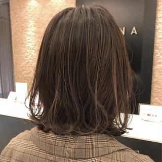 ハイライト グレージュ 外ハネ ナチュラル ヘアスタイルや髪型の写真・画像