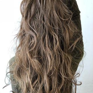 グレージュ 3Dカラー ナチュラル ロング ヘアスタイルや髪型の写真・画像