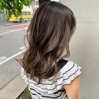 グレージュ アッシュベージュ ミルクティーベージュ セミロング ヘアスタイルや髪型の写真・画像