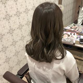 ミディアム ミルクティーベージュ シナモンベージュ シアーベージュ ヘアスタイルや髪型の写真・画像