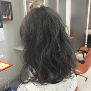 グレージュ ミディアム アッシュグレー 暗髪 ヘアスタイルや髪型の写真・画像