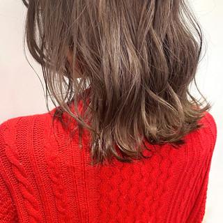ミルクティーベージュ ミディアム バレイヤージュ フェミニン ヘアスタイルや髪型の写真・画像