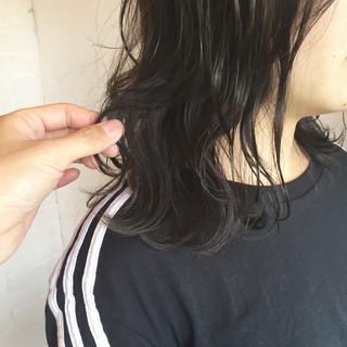 ミディアム ウェットヘア 暗髪 外ハネ ヘアスタイルや髪型の写真・画像