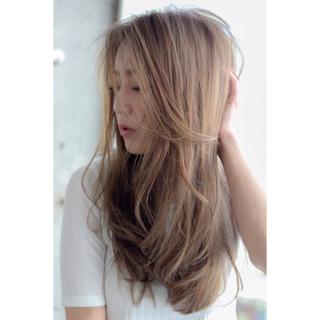 外国人風 ロング アッシュ フェミニン ヘアスタイルや髪型の写真・画像 ヘアスタイルや髪型の写真・画像