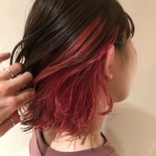 レッドカラー ベリーピンク ガーリー ミディアム ヘアスタイルや髪型の写真・画像