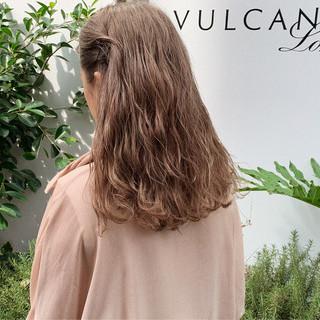 ミルクティーベージュ ブリーチ必須 ブリーチカラー セミロング ヘアスタイルや髪型の写真・画像