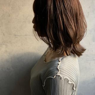 外ハネ くびれカール フェミニン ミディアム ヘアスタイルや髪型の写真・画像