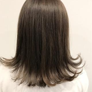 セミロング 外ハネ グラデーションカラー グレージュ ヘアスタイルや髪型の写真・画像