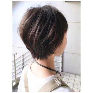 マッシュショート 耳掛けショート ナチュラル 前下がりショート ヘアスタイルや髪型の写真・画像