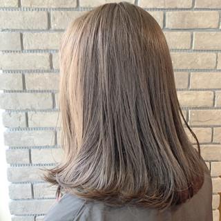 ミディアム アッシュグレージュ ベージュ オフィス ヘアスタイルや髪型の写真・画像 ヘアスタイルや髪型の写真・画像