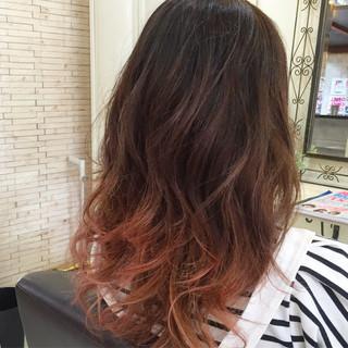 ストリート ピンク レッド 巻き髪 ヘアスタイルや髪型の写真・画像