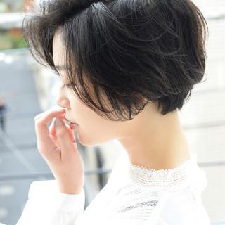 ナチュラル 黒髪 パーマ 前下がりショート ヘアスタイルや髪型の写真・画像