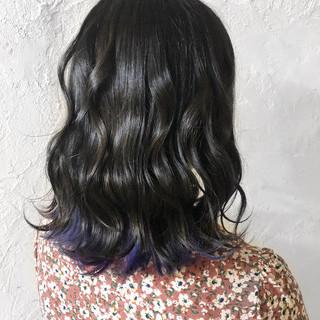 グレー インナーカラー フェミニン ミディアム ヘアスタイルや髪型の写真・画像