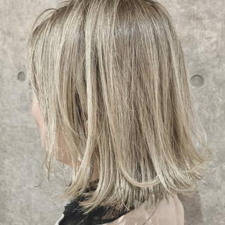 ナチュラル ホワイトグレージュ バレイヤージュ ボブ ヘアスタイルや髪型の写真・画像