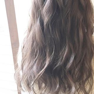 ウェーブ アンニュイ ハイトーン 外国人風 ヘアスタイルや髪型の写真・画像