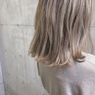 ナチュラル ミルクティーベージュ ミディアム ベージュ ヘアスタイルや髪型の写真・画像