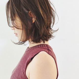 デート ベージュ パーマ ナチュラル ヘアスタイルや髪型の写真・画像