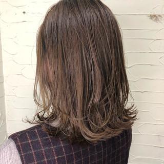 ミディアム モテ髪 ミルクティーベージュ 簡単スタイリング ヘアスタイルや髪型の写真・画像