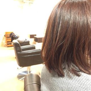 切りっぱなし 外ハネ 前髪あり グレージュ ヘアスタイルや髪型の写真・画像