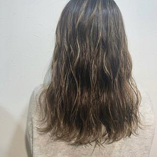 ストリート ハイライト ミルクティーベージュ セミロング ヘアスタイルや髪型の写真・画像