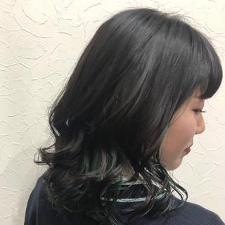 ミディアム モード インナーカラー グリーン ヘアスタイルや髪型の写真・画像