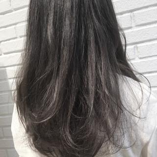 グレー ロング ダブルカラー ダークアッシュ ヘアスタイルや髪型の写真・画像