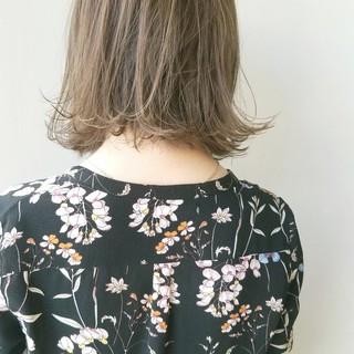 ミルクティーグレージュ 外はね ナチュラル イルミナカラー ヘアスタイルや髪型の写真・画像