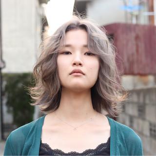 ダブルカラー シルバー ミディアム ストリート ヘアスタイルや髪型の写真・画像