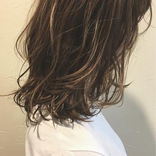 ウェーブ ハイライト ミディアム アンニュイ ヘアスタイルや髪型の写真・画像