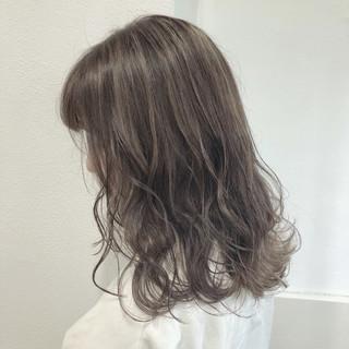 ハイライト グレージュ 透明感 シアグレー ヘアスタイルや髪型の写真・画像