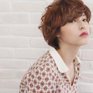 パーマ ミルクティー ハイライト フェミニン ヘアスタイルや髪型の写真・画像