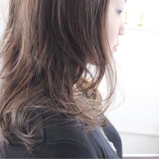 ロング ナチュラル フェミニン アッシュ ヘアスタイルや髪型の写真・画像