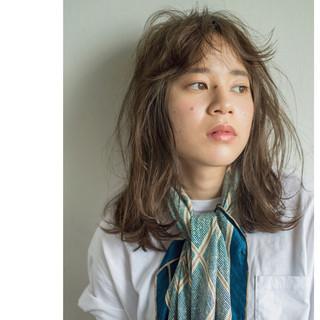 カーキ 外国人風 グレージュ カール ヘアスタイルや髪型の写真・画像 ヘアスタイルや髪型の写真・画像