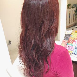 ピンクベージュ レッド レッドカラー フェミニン ヘアスタイルや髪型の写真・画像
