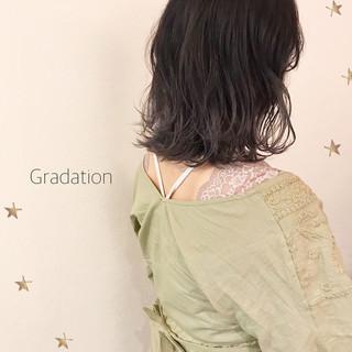 ミディアム グレー グラデーションカラー ストリート ヘアスタイルや髪型の写真・画像