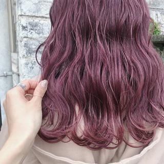 ピンクベージュ 波ウェーブ ナチュラル ピンクカラー ヘアスタイルや髪型の写真・画像
