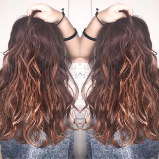 ロング アウトドア フェミニン ウェーブ ヘアスタイルや髪型の写真・画像