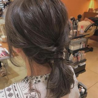 ローポニーテール グレージュ ミディアム アッシュグレージュ ヘアスタイルや髪型の写真・画像