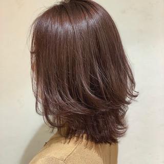 ナチュラル ピンクベージュ ピンクアッシュ コテ巻き ヘアスタイルや髪型の写真・画像